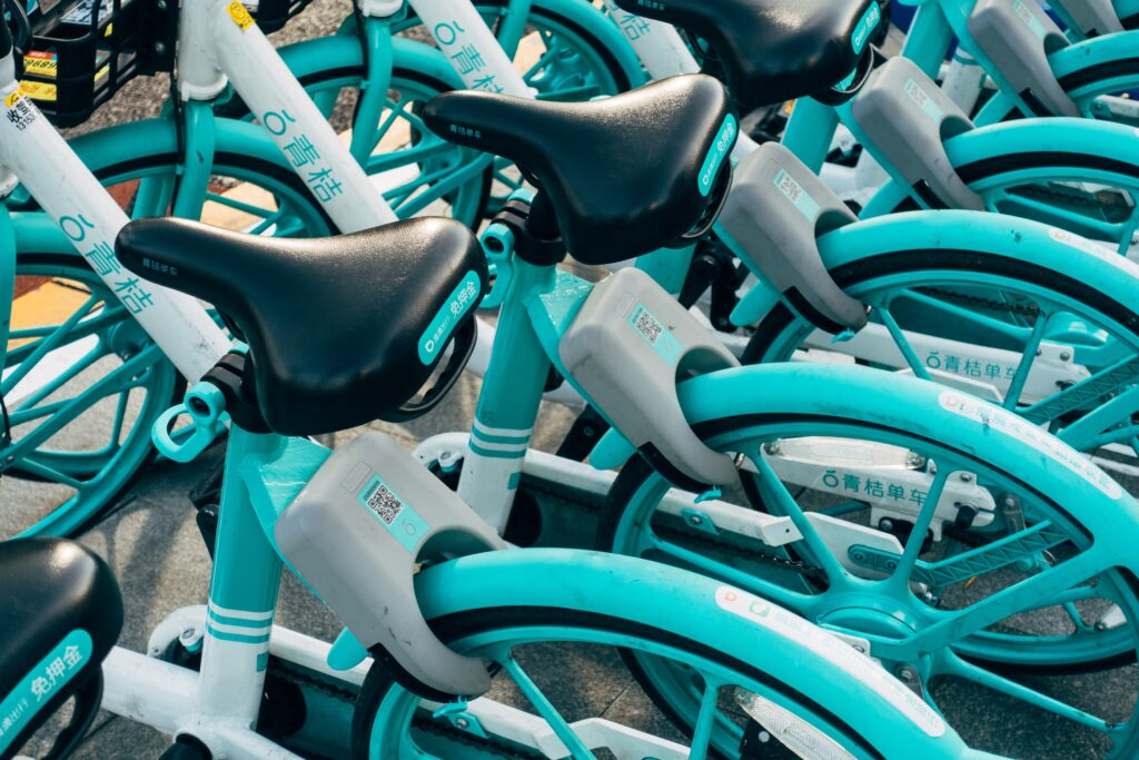 Bicicleta elétrica azul ciano